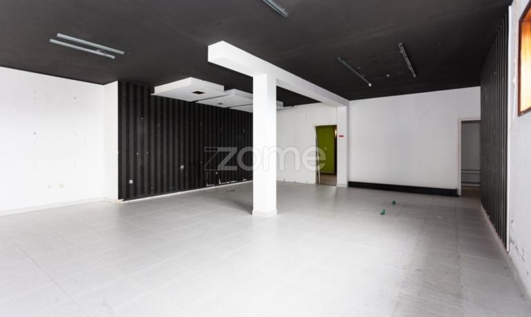 Espaço Comercial com 2 Garagens Box na Maia